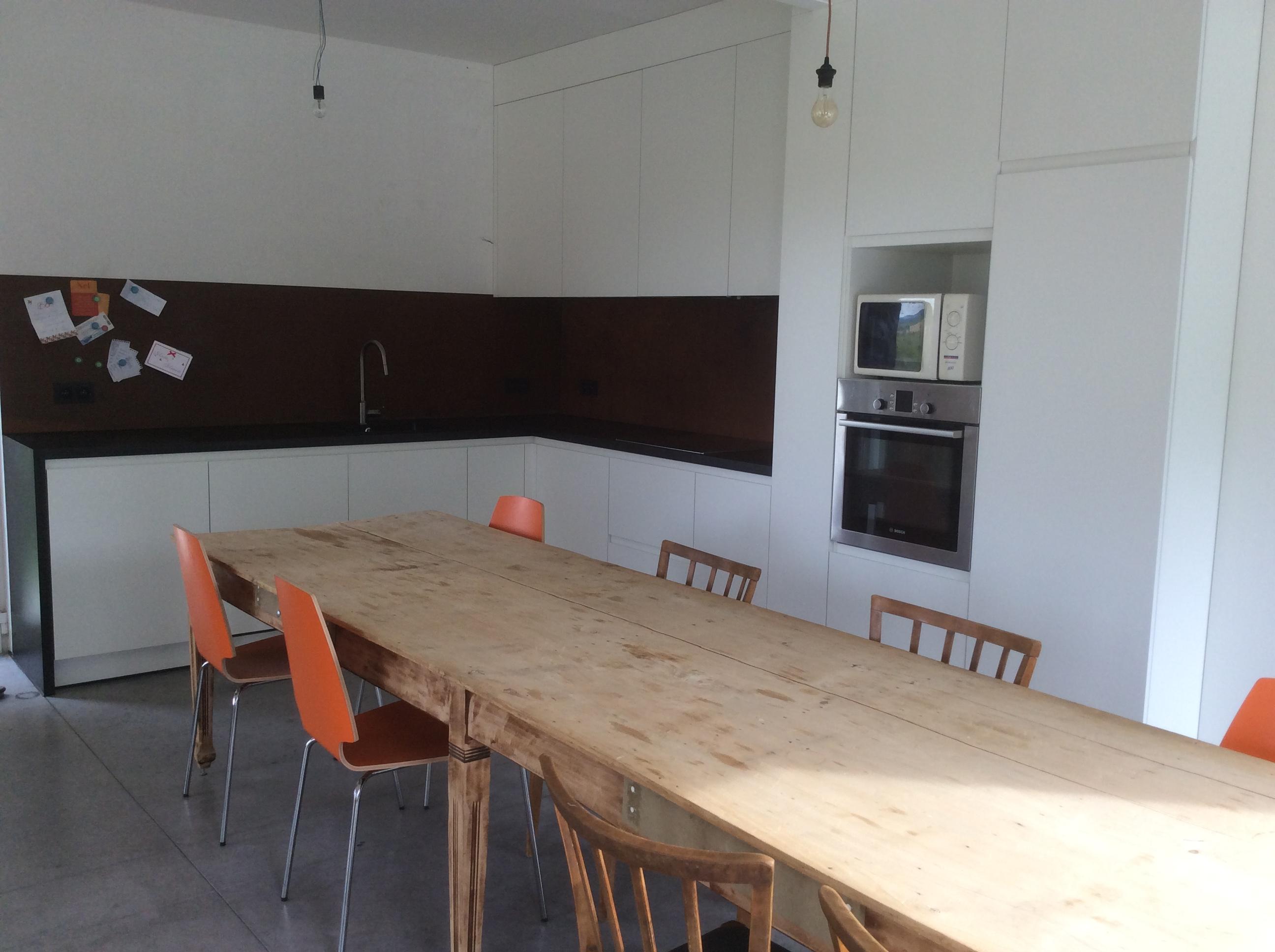 Gele keuken met kasten venster laminaat en rode zachte cou